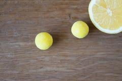 Nära sikt av citrongodisen och citronen Arkivbild