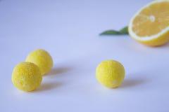 Nära sikt av citrongodisen och citronen Arkivfoton