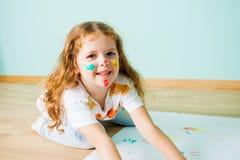 Nära sikt av den älskvärda flickan med den målade framsidan royaltyfria bilder