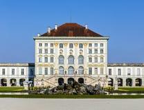 Nära sikt av den historiska slotten Nymphenburg av Munich Royaltyfria Bilder