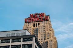 Nära sikt av det nya Yorker tecknet på överkanten av Wyndham New Yorker Hotel i midtownen New York City arkivbild