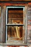 Nära sikt av det red ut målarfärg och fönstret Royaltyfri Foto