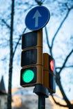 Nära sikt av en grön trafikljus med suddig bakgrund arkivbild