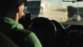 Nära sikt av en man i solglasögon som kör en bil arkivfilmer