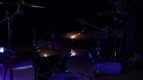 Nära sikt av en musiker som spelar på valssatsen under en konsert stock video