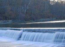 Nära sikt av en vattenfall i tidig höstdag arkivfoto
