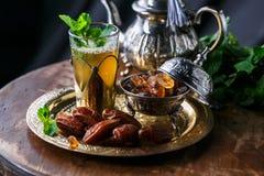 Nära sikt av exponeringsglas av moroccan mintkaramellte Royaltyfri Bild