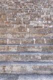 Nära sikt av gammal historisk slotttrappa som går upp i gammal stad Royaltyfri Fotografi