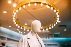 Nära sikt av kläder för iklädd kvinnlig kvinna för skyltdocka tillfällig I royaltyfria foton