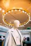 Nära sikt av kläder för iklädd kvinnlig kvinna för skyltdocka tillfällig I royaltyfri bild