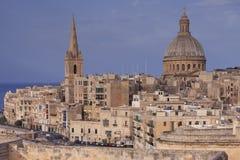 Nära sikt av klocka-tornet och kupolen av basilikan i Valletta, Malta Arkivfoton