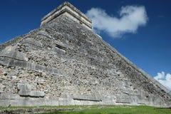 Nära sikt av sidoväggen av den El Castillo pyramiden på Chichen Itza den arkeologiska platsen, arkivfoton