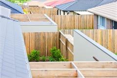 Nära sikt av trästrålar med staket av hus av en by fotografering för bildbyråer
