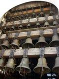 Nära sikt till kyrkliga klockor, del av klockspelet Arkivbilder