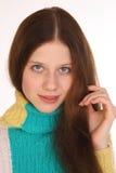 Nära stående av en härlig flicka med frodigt hår Fotografering för Bildbyråer
