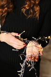 Nära stående av ljushänder Ung flickahåll i handfirefl arkivbilder