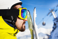 Nära stående för profil av skidåkaremannen royaltyfri fotografi