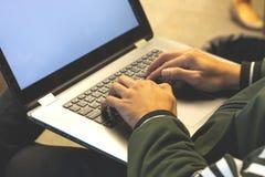 nära upp av händer av affärsmannen Arbete på bärbar dator royaltyfria bilder