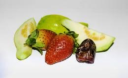 n?ra upp av jordgubben, den skivade guavan och datum arkivbild