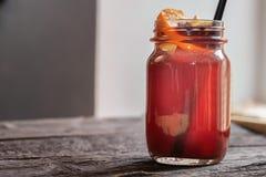 Nära upp exponeringsglaskruset med varmt funderat vin och sugrör på den mörka trätabellen fotografering för bildbyråer