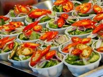 Nära upp islamisk maträtt som göras av gurkaskivor och lökar i vinäger arkivfoto
