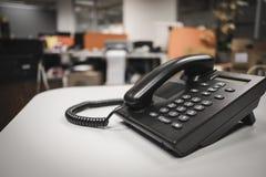 Nära upp mjuk fokus på ip-telefonapparater med utrymme på kontorsskrivbordet arkivbild