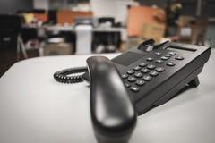 Nära upp mjuk fokus på ip-telefonapparater med utrymme på kontorsskrivbordet arkivbilder