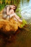 nära vattenkvinna Royaltyfri Foto
