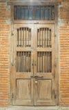 Nära wood dörr Arkivfoton