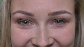 Närbildöga-stående av den unga blonda modemodellen som håller ögonen på med färdig lycka in i kamera stock video