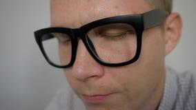 Närbildögon Mannen med exponeringsglas tänker lager videofilmer