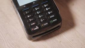 Närbild Ögonblick av betalning med en kreditkort till och med terminalen Buy och sell Produktservice lager videofilmer
