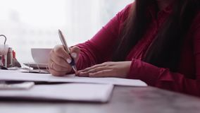Närbild Affärskvinna som arbetar med dokument som sitter på kontorsskrivbordet arkivfilmer