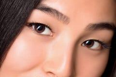Närbild av ögon av den asiatiska damen i studio Arkivfoto