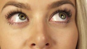 Närbild av ögonen av en nätt blondin arkivfoto