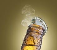 Närbild av ölflaskhalsen arkivfoto