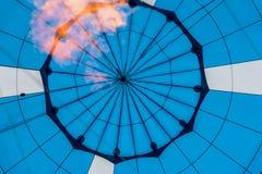Närbild av abstrakt härlig textur av geometrisk yttersida av ballongen för varm luft, blåttfärger och flamman från gasbrännaren arkivbilder