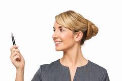 Närbild av affärskvinnan Pointing With Pen Arkivbild