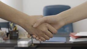 Närbild av affärskvinnors skaka händer efter ett möte i kontoret samtal för möte för bärbar dator för skrivbord för affärsaffärsm arkivfilmer
