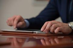 Närbild av affärsmän som använder touchpaden Royaltyfria Bilder