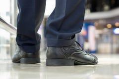 Närbild av affärsmanfot i skor på golvet Arkivfoton