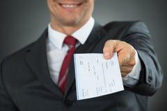 Närbild av affärsmannen Hands Giving Cheque arkivfoto