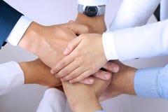 Närbild av affärspartners som gör högen av händer på mötet Arkivfoto