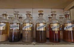 Närbild av antika farmaceutiska flaskor Arkivbilder