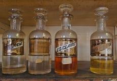 Närbild av antika farmaceutiska flaskor Arkivfoton