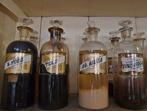 Närbild av antika farmaceutiska flaskor Fotografering för Bildbyråer