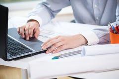 Närbild av arkitekten som arbetar på bärbara datorn Royaltyfria Foton