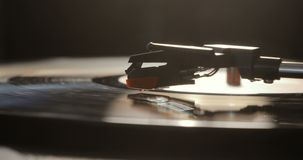 Närbild av att använda en antikvarisk vinylskivspelare Skivtallrikspelare som tappar nålvisaren på att spela för vinylrekord stock video