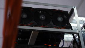 Närbild av att bryta lantgården Apparater för elektronisk dator med fans och diagramprocessorer med videokort för att bryta lantg arkivfilmer