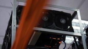 Närbild av att bryta lantgården Apparater för elektronisk dator med fans och diagramprocessorer med videokort för att bryta lantg fotografering för bildbyråer
